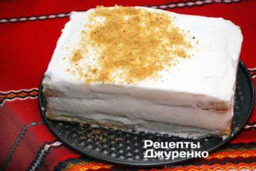 Густо посыпать торт поверх крема крошкой