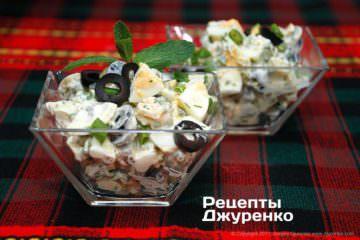 розкласти салат в салатниці