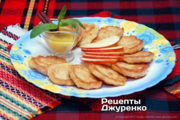 Фото к рецепту: оладьи с яблоками