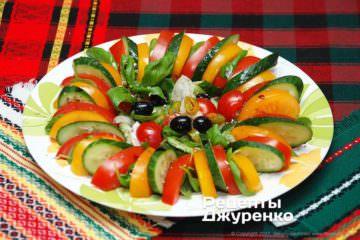 Красивый салат изогурцов ипомидоров