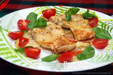 разложить рыбу и овощи