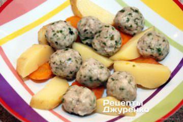 разложить овощи и мясные шарики