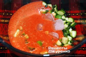 смешать овощи и томат