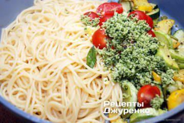 смешать спагетти и обжаренные овощи