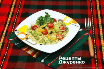 розкласти спагетті на тарілки
