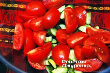 крупно нарізати помідори