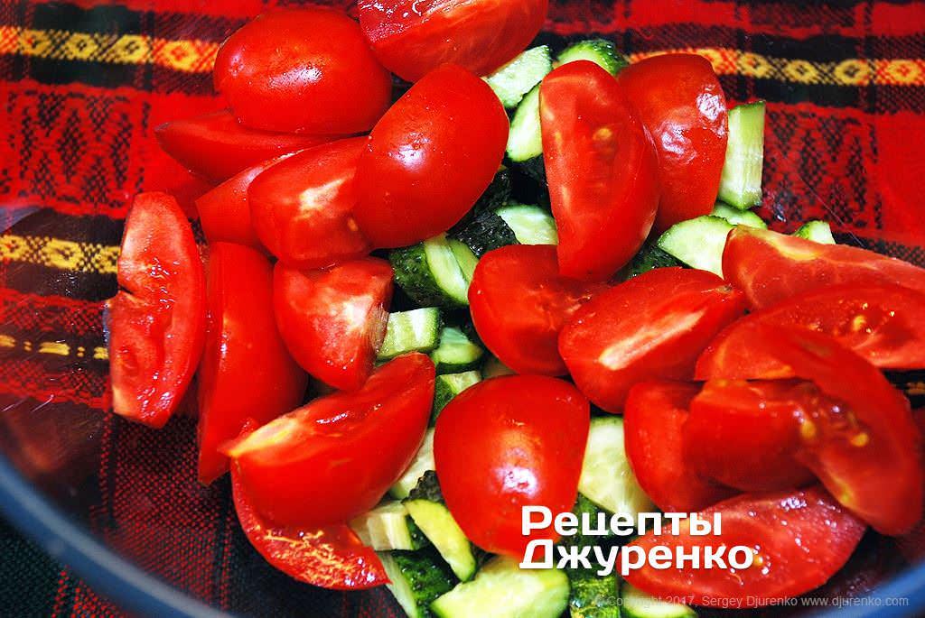 Крупно нарезать помидоры.