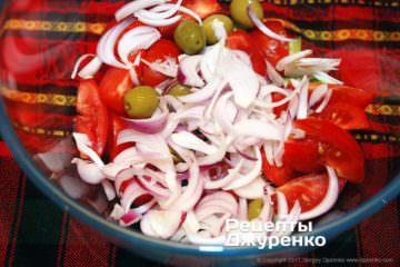 нарезать лук и оливки