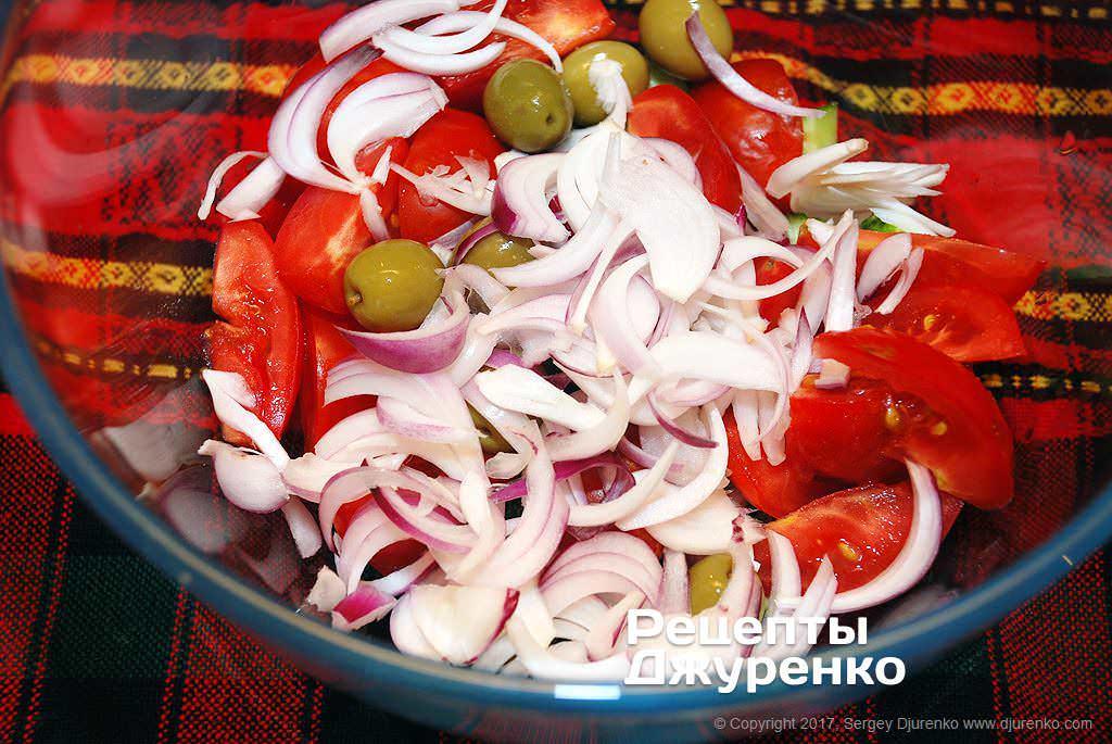 Нарезать лук и оливки.