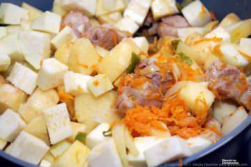 обжаренный картофель и кабачок