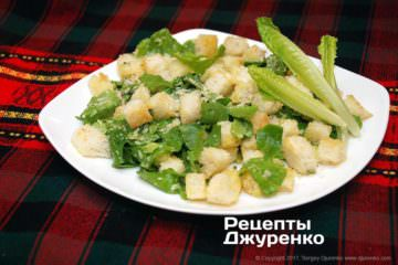 Фото рецепта салат цезарь с соусом и крутонами