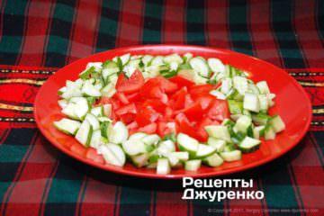 нарізані огірки і помідори