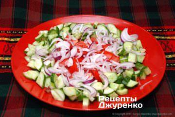 нарізана салатна цибуля