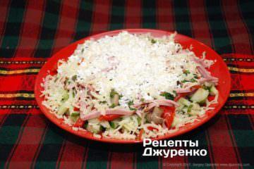 посипати салат сиром