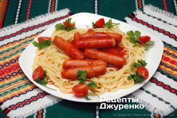 паста з соусом і сосисками