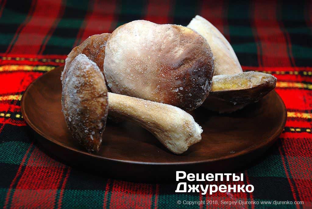 Заморожені білі гриби.