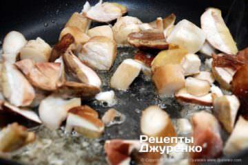 Як приготувати Грибний крем-суп. Крок 8: смажені білі гриби