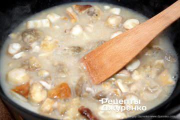 Як приготувати Грибний крем-суп. Крок 12: влити гарячу воду