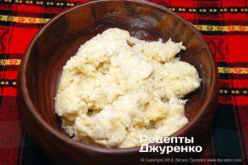 Крок 5: розім'яти тісто на столі