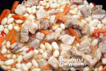 Як приготувати Свинина з квасолею. Крок 18: тушкувати овочі з м'ясом і квасолею