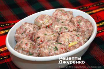 Как приготовить Тефтели срисом втоматном соусе. Шаг 14: сформировать мясные шарики