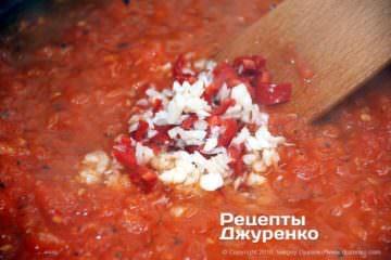 Як приготувати Паста з томатами і базиліком. Крок 12: часник і гострий перець в соусі