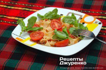 Готовое блюдо паста с томатами и базиликом