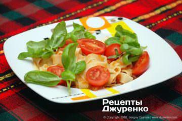 Фото до рецепту: паста з томатами і базиліком