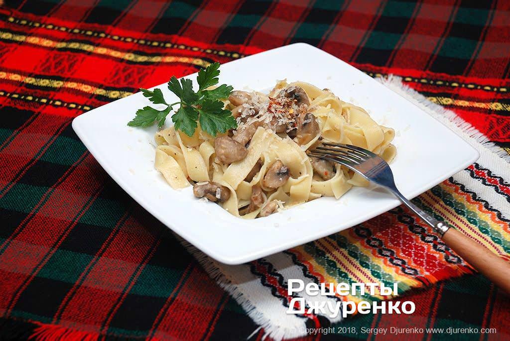Паста с шампиньонами — феттуччине с обжаренными грибами в соусе.