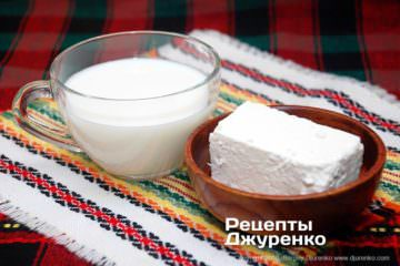 Шаг 1: сыр и молоко