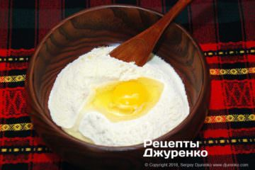 Шаг 3: добавить в муку яйцо и воду