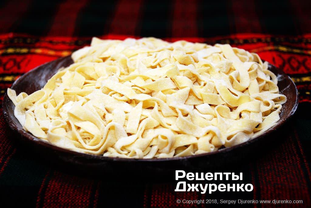 Готова страва Домашня локшина з вершковим соусом та м'яким ропним сиром.