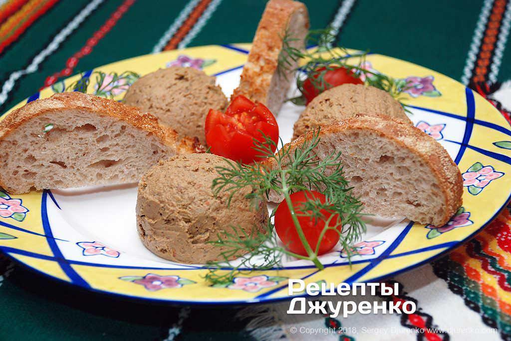 Готова страва Паштет з курячої печінки з тушкованими овочами і вершковим маслом.
