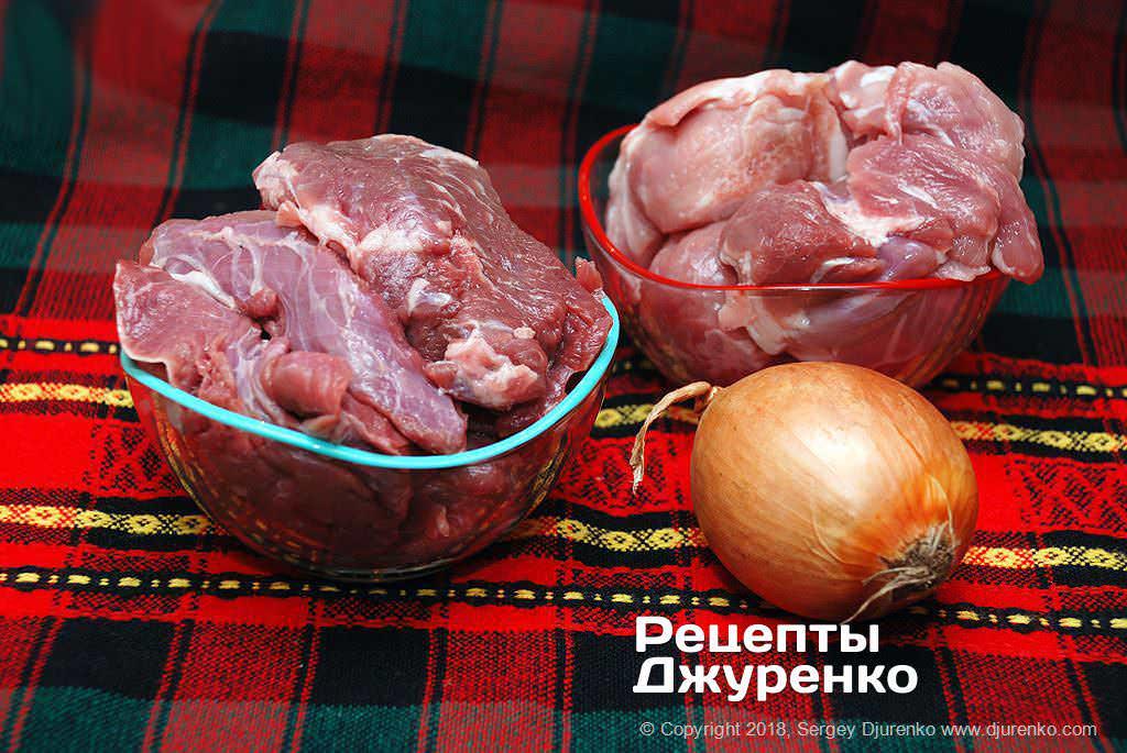 М'ясо і цибуля для начинки пельменів.