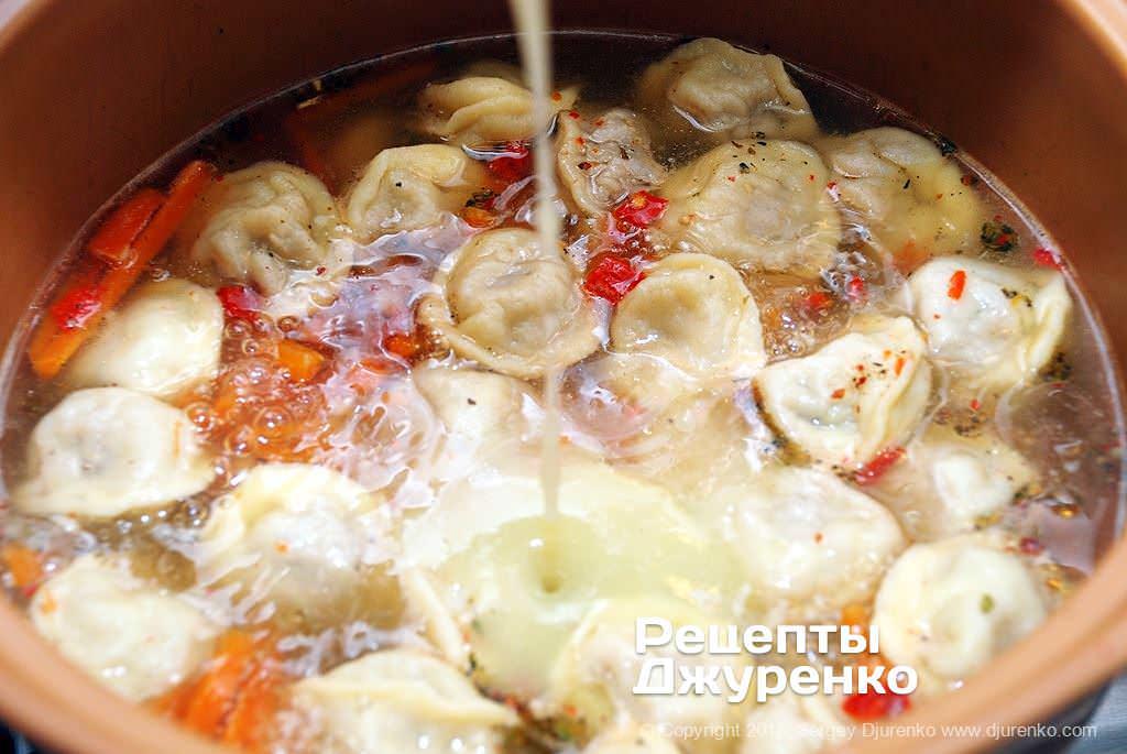 Влить картофельное пюре.