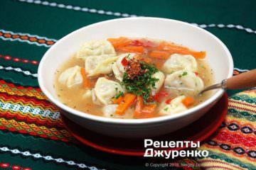 Готова страва суп з пельменями
