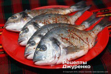 Крок 3: натерти рибу спеціями