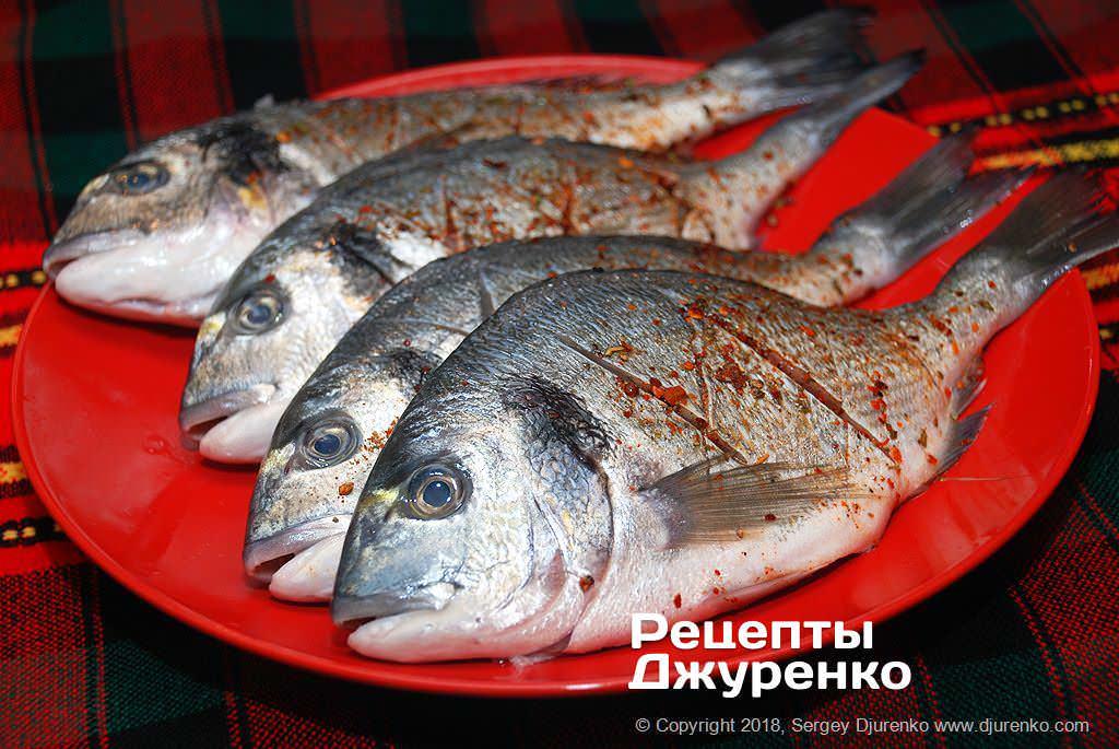 Натереть рыбу специями.