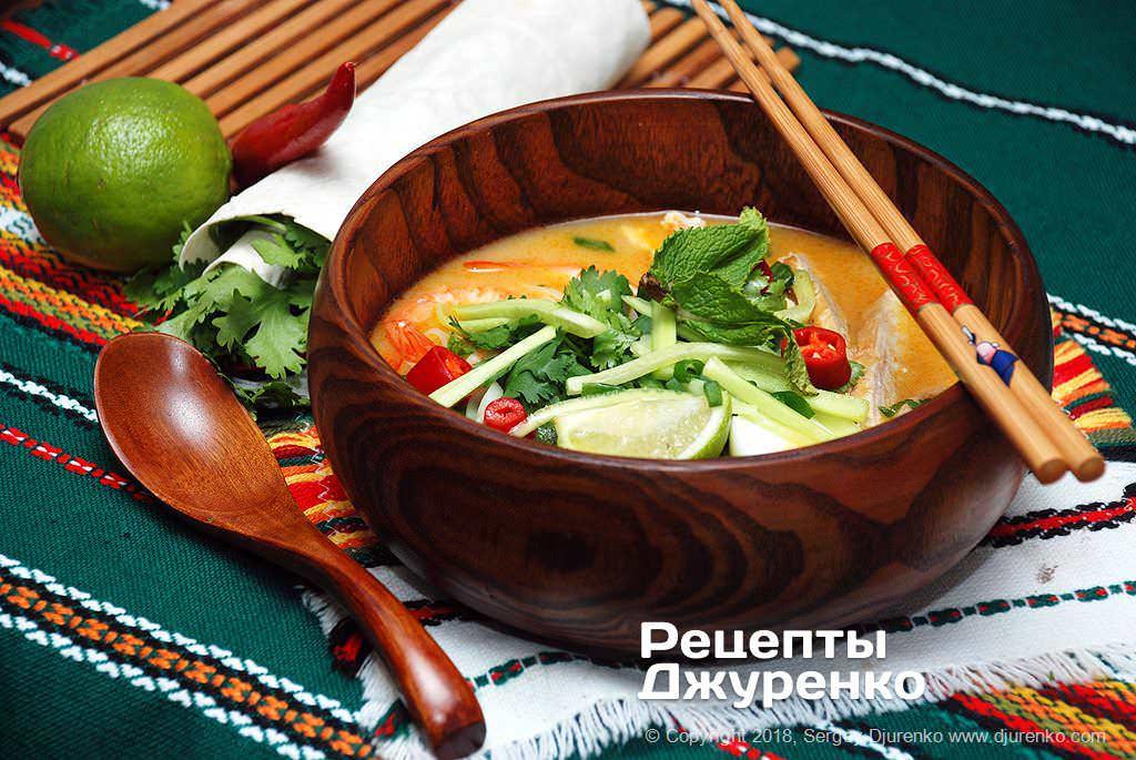 Готова страва Суп лакса — пряний і слабо гострий з рисовою локшиною.