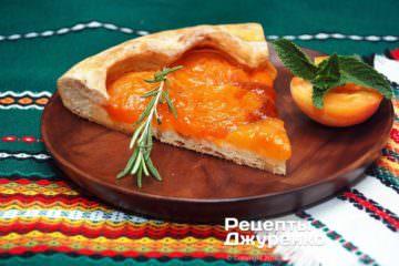 Готова страва абрикосовий пиріг