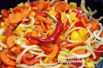 Как приготовить Карри с рисом. Шаг 18: добавить и обжарить овощи