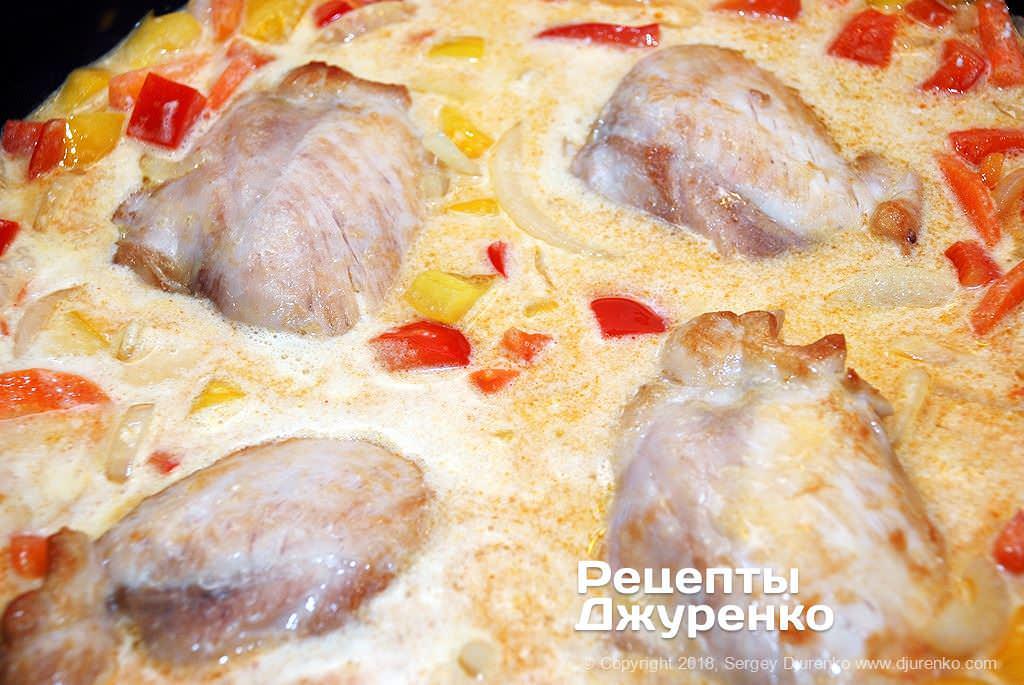 Тушкувати курку в соусі.