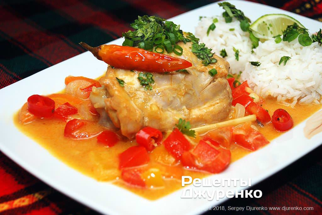 Готова страва Каррі з рисом — незвичайна і смачна страва індійської кухні.