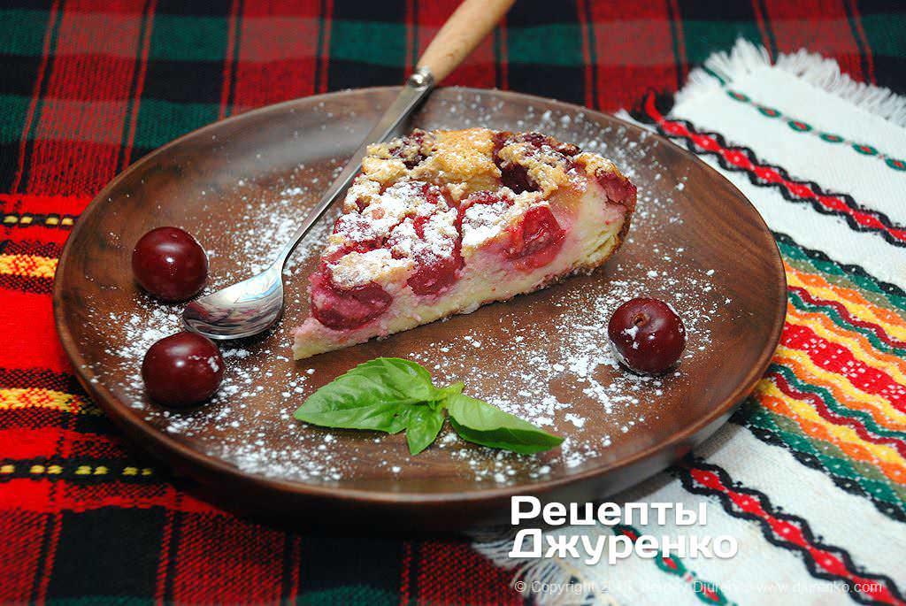 Готова страва Клафуті з вишнями — десерт на яєчному тісті з мигдалем.