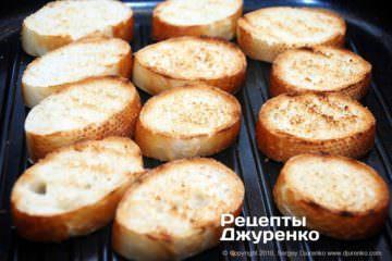 Шаг 2: обжаренные ломтики хлеба