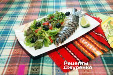 Фото к рецепту: салат с копченой скумбрией