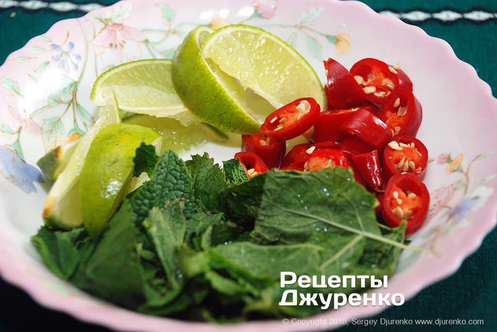 Овощи и зелень для подачи супа.