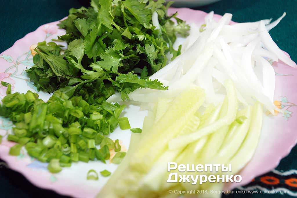 Овощи и зелень для сервировки супа.
