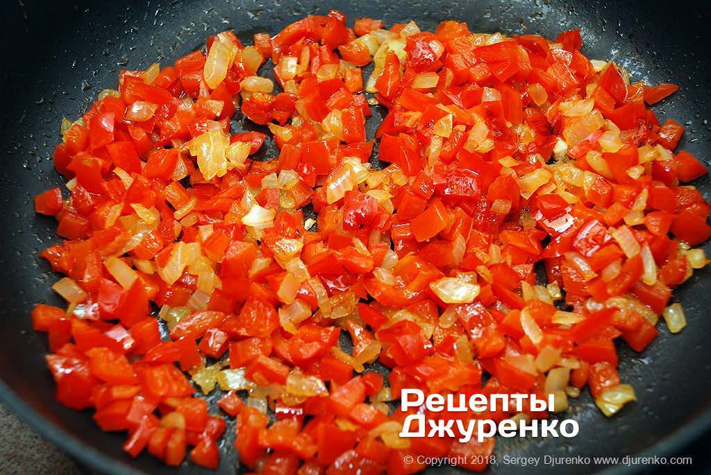 Смажені овочі для соусу.