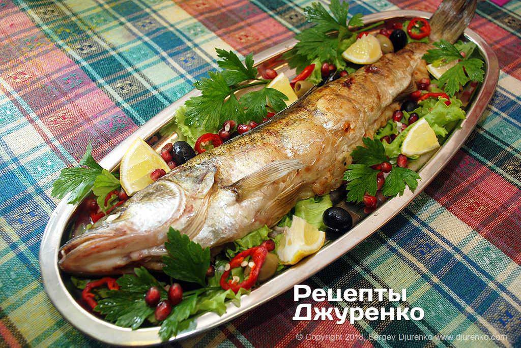 Фаршированный судак с начинкой из филе, лука и белого хлеба.